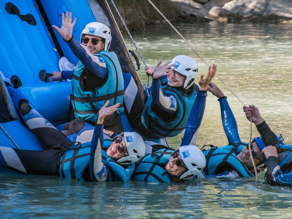 Caballito y Juego en Rafting para fomentar el compañerismo UR Pirineos