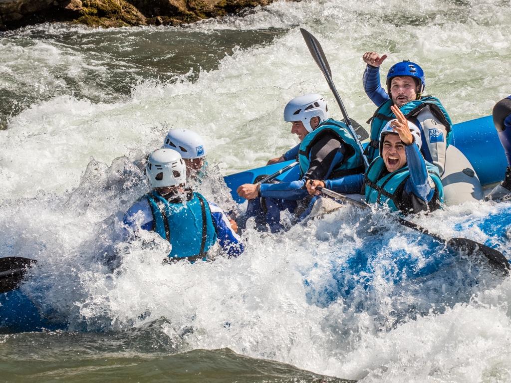 Disfruta en Rafting y mejora el trabajo en grupo en el Pirineo